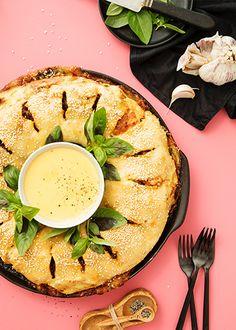 Pizzarullakierre juustodipillä on illanistujaisten taattu vetonaula Avocado Egg, Ramen, Camembert Cheese, Food And Drink, Pizza, Eggs, Snacks, Baking, Breakfast