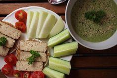 Alle Komponenten von Judiths Mittagessen aufzuzählen, würde den Rahmen sprengen. Schaut selbst! Das Grüne rechts oben ist gekühlte Erbsensuppe vom Vorabend, bestreut mit Hanfsamen. *