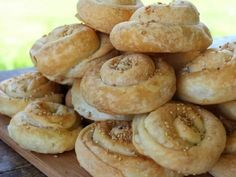 Εύκολα στριφτά τυροπιτάκια - Mini greek feta pies Feta, Hamburger, Bread, Recipes, Brot, Baking, Burgers, Breads