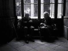 Couple de touristes à Porto - Film Black and White #streetphotographymagazine #thestreetphotographyhub #streetphotographybnw #streetphotographyworldwide #photo #streetphotography #bnw #fujifilm #porto #ig #bw #fujifeed #street #portugal #blackandwhite #life #bnwphotography #fuji #travel #streetphotographyinternational #bnwmood #photography #streetphoto #blackandwhitephotography #fujilove #monochrome #filmisnotdead #streetphotographers #streets #filmphotography