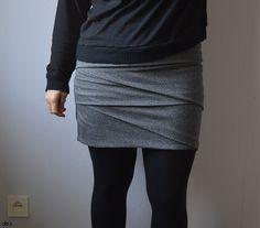 Patron : Jupe Jade de Paprika Patterns, disponible en format PDF à imprimer et à assembler chez soi (12 $), en anglais Description : Jade est une jupe en jersey proposée en deux longueurs (mini o...