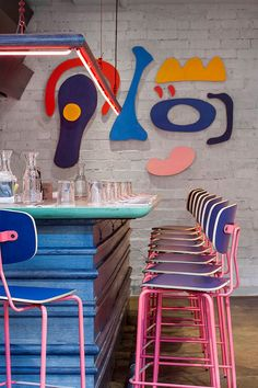 Vintage Industrial Decor Hot pink industrial bar stools mix with pop art in this Atlanta Restaurant, Recess. Interior Desing, Cafe Interior, Flat Interior, Pink Neon Lights, Industrial Bar Stools, Industrial Restaurant, Vintage Bar Stools, Industrial Shop, Industrial Bookshelf