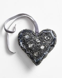 Christmas decorations! Beautiful hand beaded heart in silver-grey, with large sequins. (large sequins heart, 15 cm). Buy at www.thetravellingband.dk