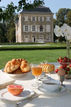 I usually have a small breakfast outside when the weather is nice. I only use the semi-nice china, I mean come on, this is basically picnic-ware. Comida Picnic, Breakfast Desayunos, Think Food, Northern Italy, Aesthetic Food, Dream Life, Life Is Good, Summertime, Beautiful Places