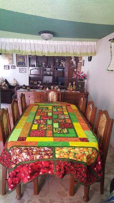 Mantel , en los mercados de México podemos encontrar frutas verduras que alegran la vista, el olfato , el gusto puedes sentir las texturas de las piñas o duraznos y escuchar a los vendedores .siempre los disfruto.