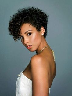Alicia Keys has in this pic a beautiful haircut. Those curls look hydrated.