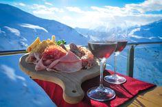 Gustare un buon piatto di polenta con selvaggia oppure ottimi salumi accompagnati da un buon bicchiere di vino godendosi panorami mozzafiato.