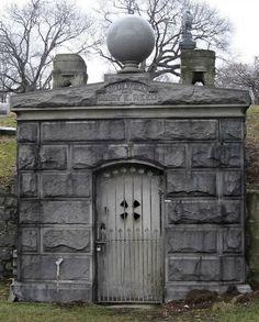 Quand la femme de Jonathan Reed, Marie, est mort en 1893, le veuf ne voulait pas la quitter. En fait, il était si dévoué qu'il a emménagé dans sa tombe, où il a vécu (avec un perroquet) depuis plus de 10 ans. Reed est mort en 1905 et a finalement été enterré avec Marie.