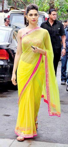 My favorite Indian actress, Deepika Padukone, wearing a beautiful saree. Style Deepika Padukone, Deepika Padukone Lehenga, Shraddha Kapoor, Ranbir Kapoor, Priyanka Chopra, Kareena In Saree, Deepika Padukone Hairstyles, Indian Attire, Indian Wear