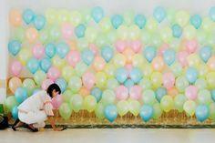 O background de balões é uma maneira simples de cobrir o fundo da mesa com as cores da festa. Veja como faz: