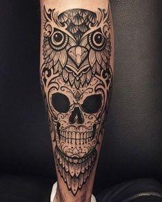 Tatuagem de coruja na panturrilha com uma caveira sorridente onde seria seu peito.