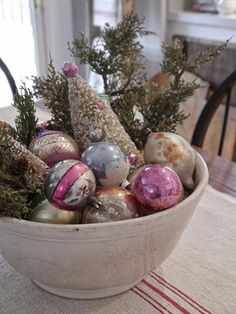 Trend Watch: Drowning in Christmas Clutter? Make Your House a Veritable Storyland By Creating Holiday Vignettes! Shabby Chic Christmas, Vintage Christmas Ornaments, Primitive Christmas, Retro Christmas, Country Christmas, Outdoor Christmas, Christmas Holidays, Christmas Crafts, Christmas Ideas