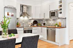 Stort välrenoverat kök i sobra färger New Home Designs, Scandinavian Design, New Homes, House Design, Kitchen, Table, Furniture, Home Decor, Decorating
