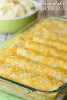 One of our favorite Mexican dishes - Green Chile Chicken Enchiladas recipe! Corn tortillas stuffed with chicken, cheese, las palmas green chile enchilada sauce, sour cream,… Mexican Dishes, Mexican Food Recipes, Mexican Desserts, Drink Recipes, Dinner Recipes, Enchilada Recipes, Las Palmas Enchilada Sauce Recipe, Corn Tortilla Recipes, Comida Latina