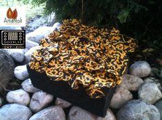 Caja  con detalle de flor de tela tejida Amarillo Negro  Print acabado: derivado de caucho.  Contenido : 9 trufas grandes.