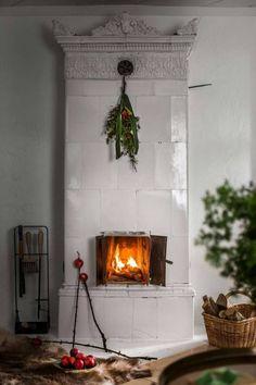 A Scandinavian Christmas – The Global Villa Swedish Christmas, Christmas Mood, Noel Christmas, Scandinavian Christmas, Xmas, Scandinavian Fireplace, Christmas Tables, Modern Christmas, Simple Christmas