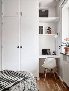 Tre inbyggda garderober och plats för skrivbord