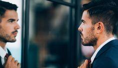 L'uomo narcisista si nasconde dietro a una maschera di gentilezza e seduzione ma di fatto è un manipolatore affettivo che metterà presto in atto un meccanismo perverso e distruttivo. Ecco come riconoscere un uomo narcisista e come comportarsi per chiudere o evitare una relazione con lui