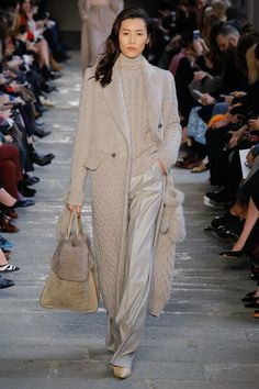 Previous                                            Next       READY-TO-WEAR FALL/WINTER 2017-2018  Max Mara 19 / 43