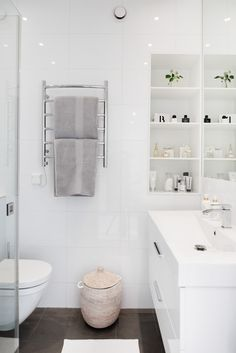 Nook shelving in small bathroom