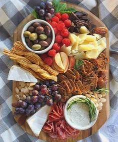 Schöne Käseplatte mit Nüssen, Obst und Frischkäse