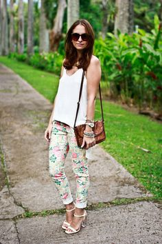 FLOWERS (by Melanie Winter) http://lookbook.nu/look/3452757-FLOWERS  Essa calça floral, arriscaria...