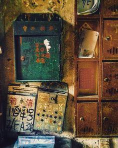 中華文化的信箱最原始的是採用綠色,是因為從古代書信都是用竹子造成,竹報平安也轉流至今。 Chinese culture post box using green…