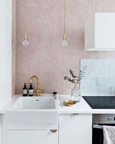Gravity Home: White kitchen with a soft pink wall / modern interior design, home. Gravity Home: White kitchen with a soft pink wall / modern interior design, home decor Home Design, Interior Design Kitchen, Modern Interior Design, Gold Interior, Diy Interior, Contemporary Interior, Interior Paint, Deco Design, Küchen Design