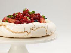 Pavlova med bær - Baking for alle Pavlova, Panna Cotta, Cheesecake, Baking, Eat, Ethnic Recipes, Desserts, Food, Tailgate Desserts