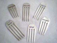 Andere kaas marker ontwerpen zijn ook beschikbaar in onze winkel... Bezoek hier: http://www.etsy.com/shop/monpetitchouboutique?section_id=7234618  Dit is een mooie 6 delige set van vintage upcycled / gerecycled silverplate vork uiteinden die hebben is gestempeld met allerlei kazen. Perfect voor een kaas plaat / plaat! Geweldig voor onderhoudend en maakt een geweldig huwelijk / douche cadeau! Vergeet niet een unieke gastvrouw cadeau!  Let op: de fotos zi...