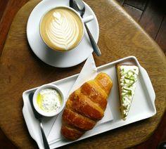 Combo: croissant acomonhado de coalhada seca, bolo de laranja com cream cheese frosting e cappuccino