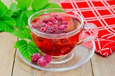 Red raspberry leaf tea helps increase fertility in women, boost immunity, promote heart health, regulate hormones, and prevent nausea and stomach issues. Red Raspberry Leaf, Raspberry Tea, Natural Labour Induction, Labor Induction, Home Remedies, Natural Remedies, Drink Recipes, Healthy Recipes, Raspberries