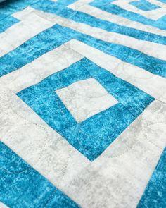 Hilary is speeding through this big blue quilt! She chose warm grey #4 and the design is Seamless by Sarah Ann Myers. #sparrowquiltco #apqslucey #APQSCanada #longarmrentalprogram #glidethread