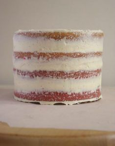 Sous couche crumb coat pour un layer cake