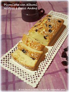 Un veloce e leggero plum cake preparato solo con albumi, tanti mirtilli e succo d'ananas, senza lattosio e senza glutine!