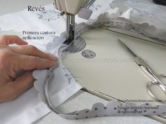 como coser bies correctamente Sewing Hacks, Sewing Tutorials, Sewing Projects, Cosplay Tutorial, Sewing Techniques, Diy Projects To Try, Baby Sewing, Girl Outfits, Quilts