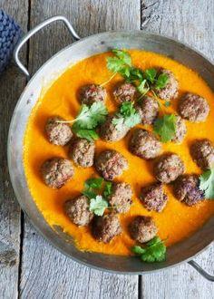Glad i kjøttboller men lei brun saus? Da skal du prøve kjøttboller i curry! Litt mer futt og kjempegodt til ris eller nan brød. Oppskriften finner du her! One Pot Wonders, Thai Red Curry, Nom Nom, Main Dishes, Spicy, Food And Drink, Low Carb, Meat