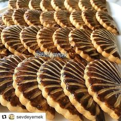 #Repost @sevdeyemek (@get_repost) ・・・ Cuma akşamımiz mübarek olsun hayırlı akşamlar 🌼🌼🌼 yelpaze kurabiye 150 gr tereyağı 2 adet yumurta… Crinkles Recipe, Arabic Food, Food Cakes, Cake Recipes, Waffles, Almond, Biscotti, Food And Drink, Cooking Recipes