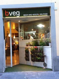 BVeg combines italian traditions with vegetarian meals from all over the world and offers a wonderful selection of artisanal beers! What are you waiting for? See for yourself! Vacation Apartments, Veg Restaurant, Why Book, Italian Traditions, Like A Local, Florence Italy, Vegetarian Meals, All Over The World