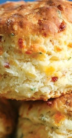 Bacon and Cheddar Chive Biscuits ~The BEST savory biscuits you will ever have. Perfectly flaky and buttery every time! Savoury Biscuits, Cheddar Biscuits, Homemade Biscuits, Buttermilk Biscuits, Homemade Breads, Flaky Biscuits, Tea Biscuits, Savory Muffins, Cheddar Cheese