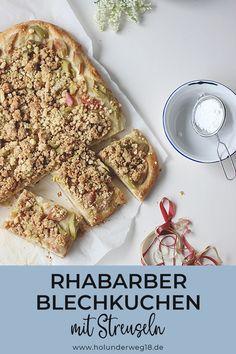 Rezept für Rhabarberkuchen vom Blech: Saftiger Hefeteig mit Buttermilch und extra viel Crunch bekommt dieser Rhabarberkuchen mit Streuseln obendrauf. Dieser Rhabarber-Blechkuchen ist ganz einfach zu backen und schmeckt auch am nächsten Tag noch richtig schön saftig.#rhabarberkuchenmitbuttermilch #rhabarberkuchenvomblech #rhabarberkuchenmitstreuseln Banana Bread, Foodblogger, Baking, Germany, Desserts, Recipes, Vegan Recipes Easy, Fish Dishes, Healthy Breakfast Recipes