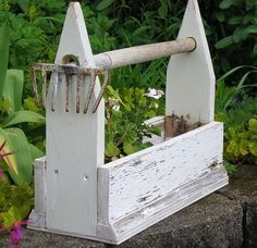 DIY: from Funky Junk - how to make this flower box with garden rake handle. DIY: from Funky Junk - h Funky Junk Interiors, Garden Crafts, Garden Projects, Garden Ideas, Rustic Gardens, Outdoor Gardens, Garden Rake, Garden Junk, Wooden Garden