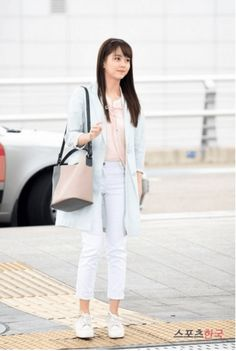 Kim Sohyun spotted at airport looking breathtakingly gorgeous Airport Look, Airport Style, Korean Street Fashion, Asian Fashion, Airport Fashion, Kim So Hyun Fashion, New Outfits, Casual Outfits, Korean Accessories