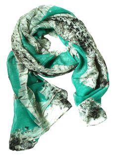 Lena - We hebben weer een prachtige collectie sjaals met prints in voorjaarskleuren! Deze sjaal in de kleur groen en grijs past perfect bij de nieuwste voorjaarsmode!