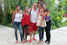 Las señoras de los alojamientos temporales con el coordinador Fabio Niño