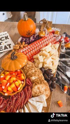 Halloween Goodies, Halloween Desserts, Halloween Food For Party, Halloween House, Easy Halloween Treats, Halloween Dessert Table, Halloween Finger Foods, Hallowen Party, Halloween Pretzels