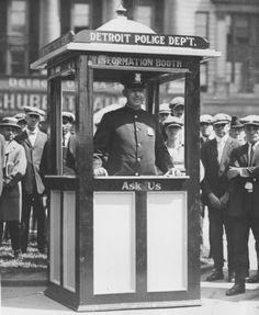 Detroit Police information booth at Campus Martius, 1935. (The Detroit News)