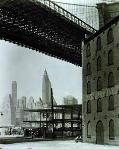Water and Dock Streets, Brooklyn, looking west under Brooklyn Bridge to Lower Manhattan. New York City, Photograph by Berenice Abbott Berenice Abbott, Brooklyn Bridge, Ponte Do Brooklyn, Brooklyn Heights, Brooklyn Nyc, Man Ray, Vintage New York, Old Photos, Vintage Photos