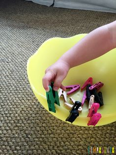 Brincadeira simples com materiais da casa