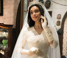 Débora Nascimento posa com o vestido de noiva de Filomena em 'Êta Mundo Bom!'… ANOS 40/50